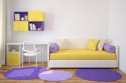 Einrichtungsidee: weiß-gelbe Sofa, lila Teppiche
