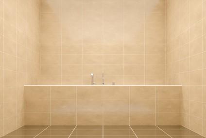 In kleinen Badezimmern nehmen Raumsparwannen durch ihre besondere Form weniger Platz ein als herkömmliche Badewannen © magann_Fotolia.com