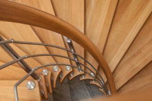 Alte Treppengeländer aus Holz bearbeiten Sie mit einer Handschleifmaschine und mit einer Lack-/Lasurschicht © pixarno_Fotolia.com