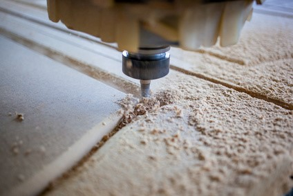 Eine CNC Holzfräse führt Fräsarbeiten mit maschineller Präzision aus © Станислав Лазарев_Fotolia.com