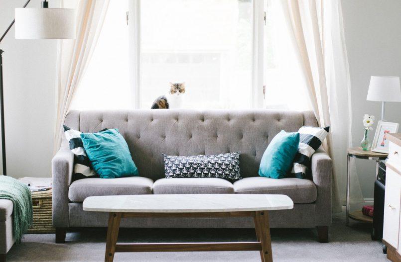 Ein Wohnzimmer mit schönen Vorhängen