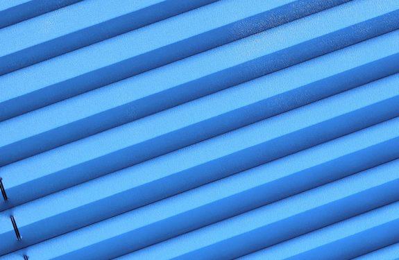 Ein blaues Plissee