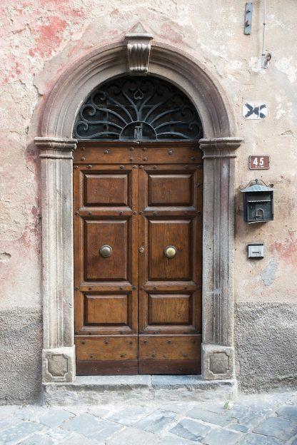 Das Bild zeigt eine alte Eingangstür aus Holz.
