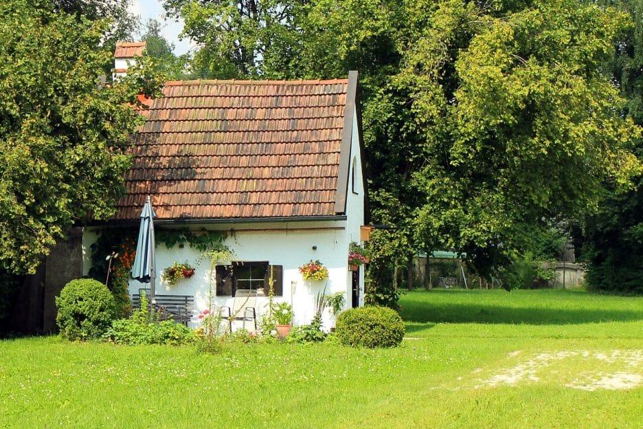 Kleines Gartenhaus im Grünen